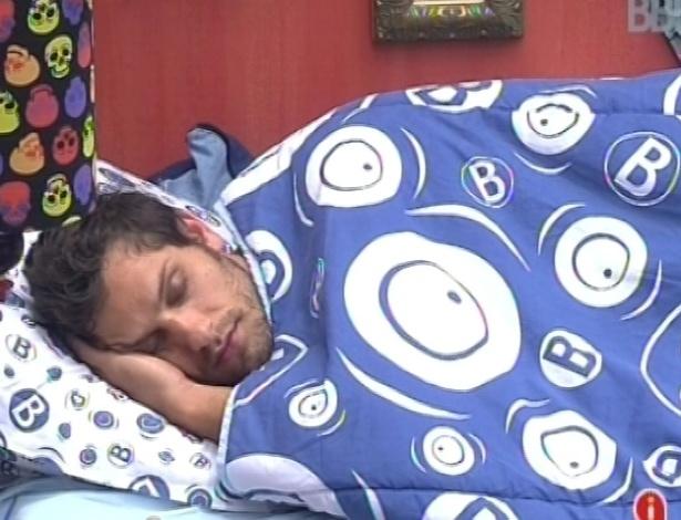 30.janeiro.2013 - Eliéser levanta mas logo em seguida volta a dormir em sua cama