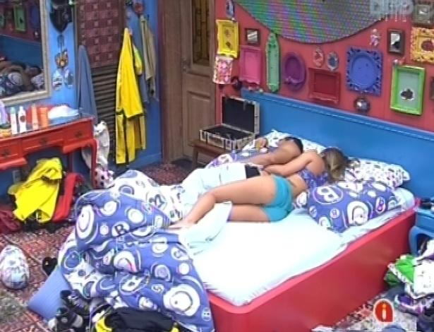 30.janeiro.2013 - Natália e Yuri dormem na mesma cama no quarto brechó, mesmo depois do toque de acordar ter soado