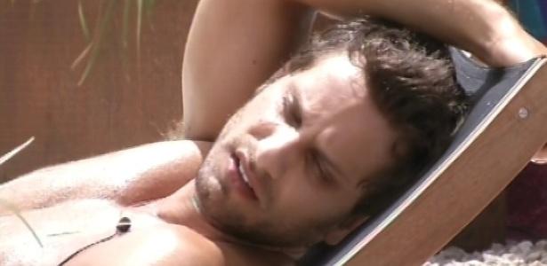 30.janeiro.2013 - Único acordado da casa ao meio-dia, Eliéser canta sozinho deitado na espreguiçadeira