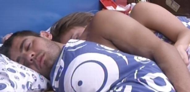 30.janeiro.2013 - Yuri e Natália dormem juntos no quarto brechó nesta manhã