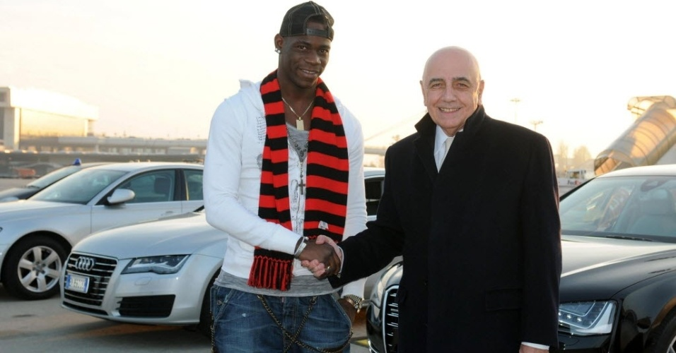 Mario Balotelli, recém-contratado pelo Milan, cumprimenta o presidente do clube Adriano Galliani