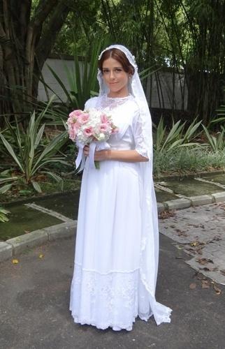 Priscila Sol posa com o vestido de noiva usado por sua personagem Sandra na novela