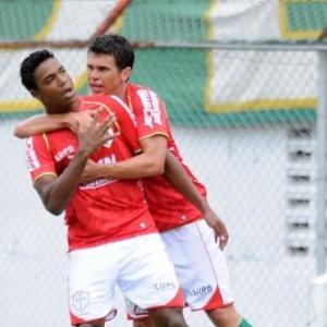 30.jan.2013 - Atacante Michel é abraçado pelo meia Rafael após gol da Portuguesa contra o Catanduvense
