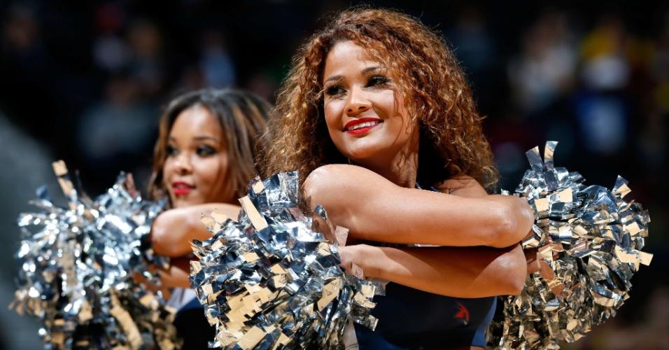 30.jan.2013 - Cheerleader do Atlanta Hawks sorri enquanto dança na partida da equipe da NBA