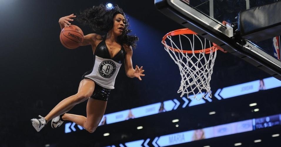 30.jan.2013 - Cheerleader do Brooklyn Nets