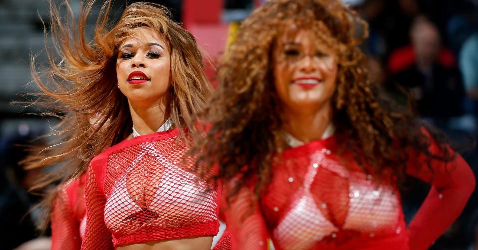 30.jan.2013 - Cheerleaders do Atlanta Hawks dançam em intervalo da partida da equipe contra o Toronto Raptors pela NBA