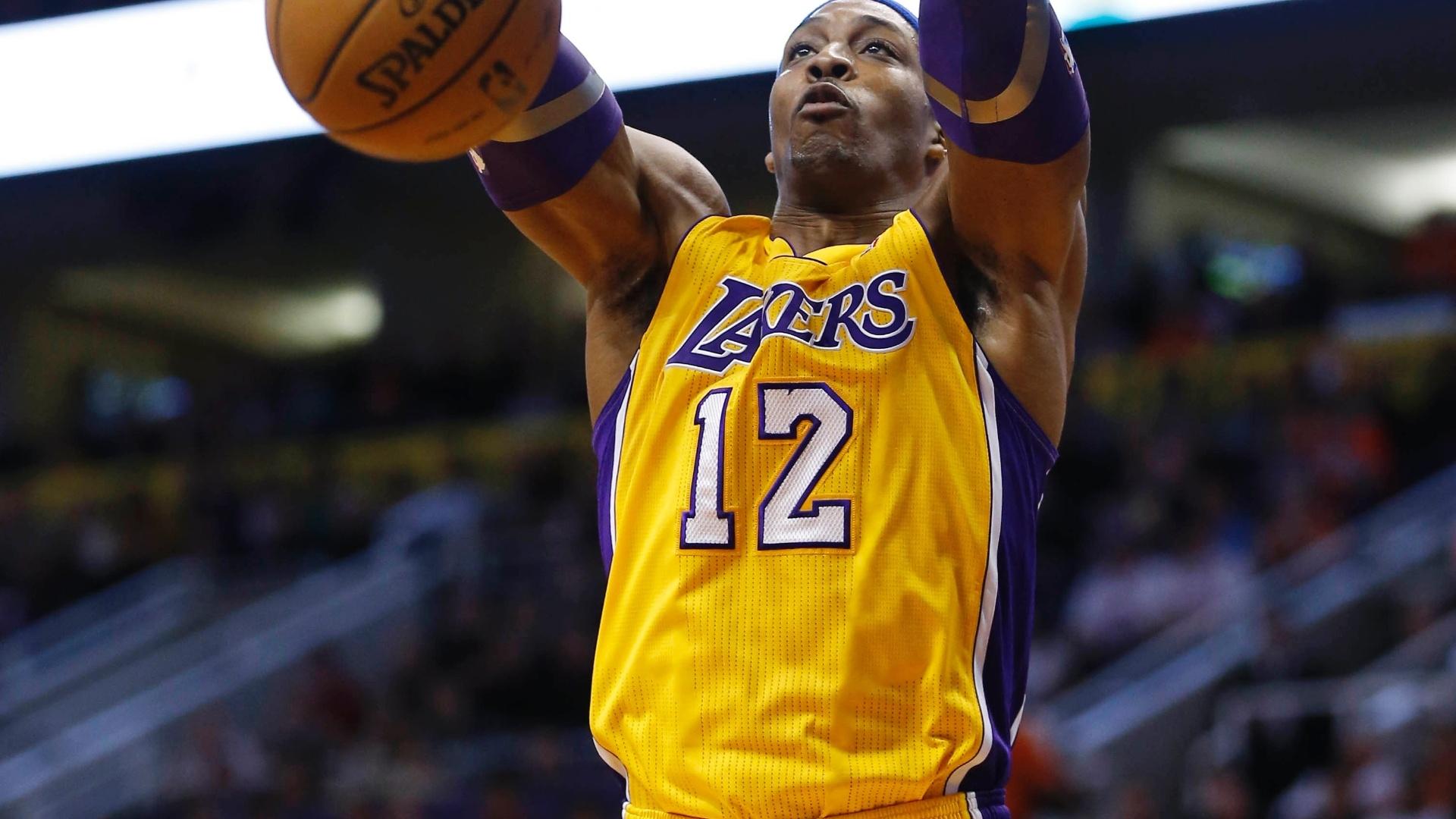 30.jan.2013 - Dwight Howard teve fraca atuação, mas deu bela enterrada na derrota dos Lakers para o Phoenix Suns