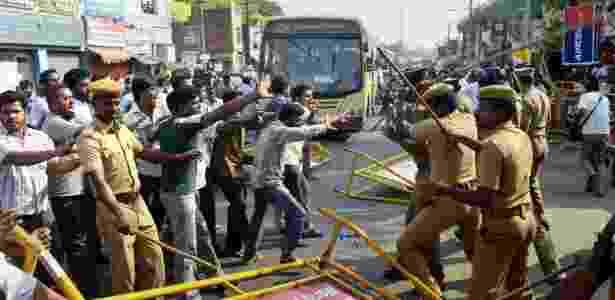 """Mulçumanos ativistas protestam contra o filme """"Vishwaroopam"""" - AP"""