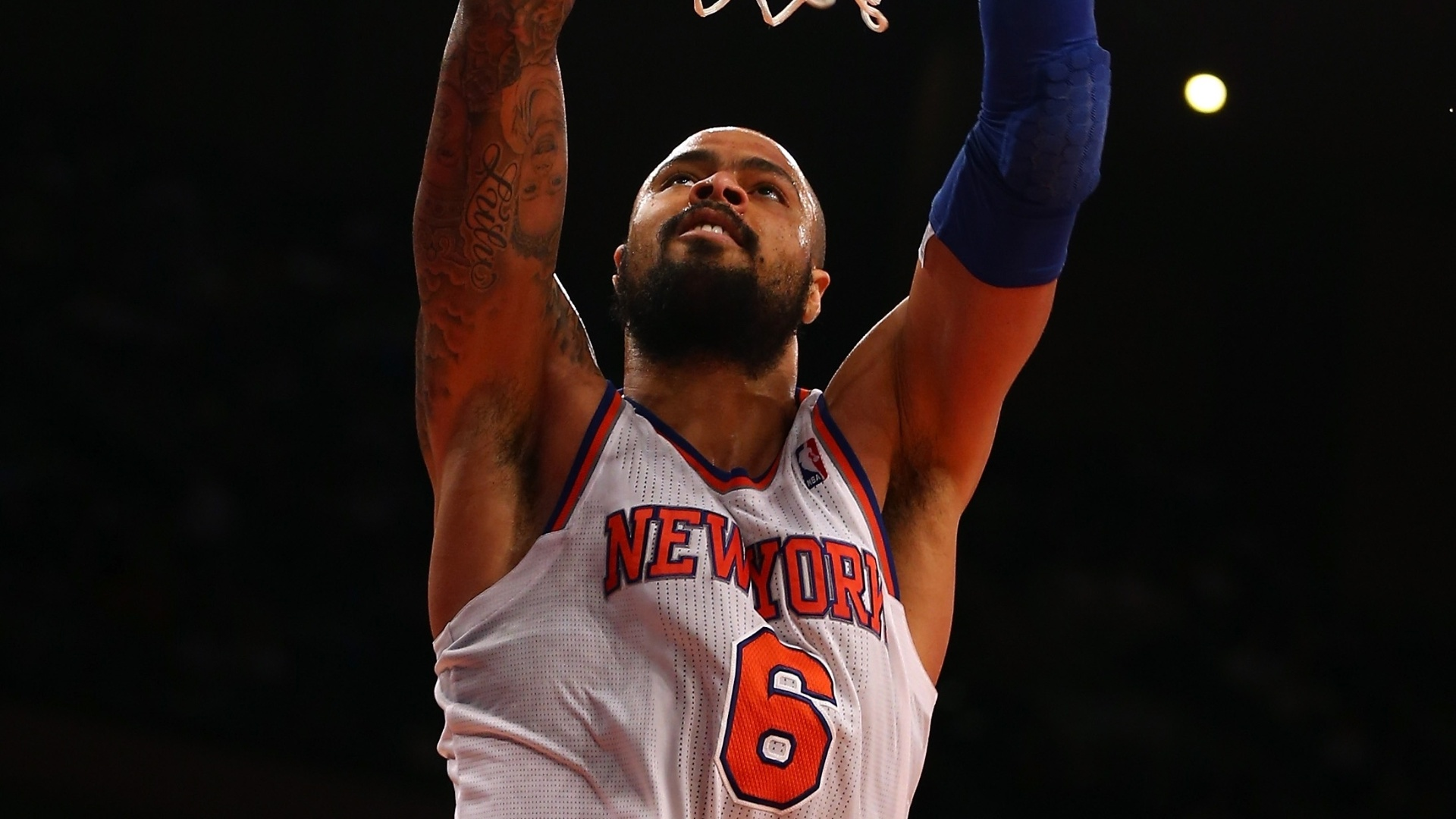 30.jan.2013 - Tyson Chandler enterra no triunfo de seu Knicks sobre o Orlando Magic