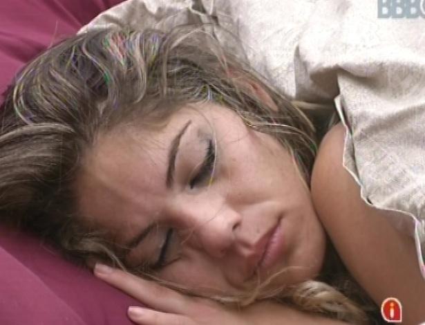 31.jan.2013 - Anamara dorme no quarto do líder após festa Hipnose, que teve show da banda RPM