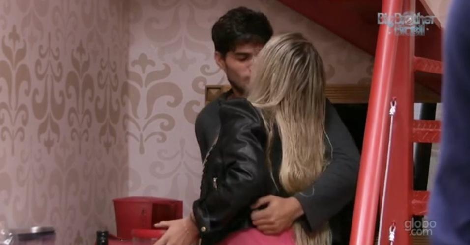 31.jan.2013 - André e Fernanda se beijam enquanto o brother prepara café no quarto Biblioteca