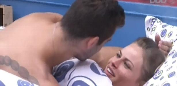 31.jan.2013 - Antes emburrada, Natália abre um sorriso com os pedidos de desculpa de Yuri