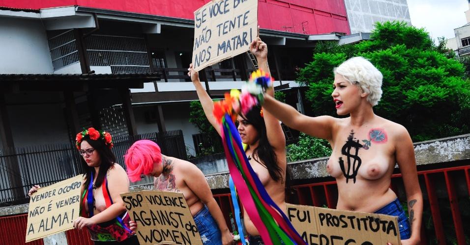 31.jan.2013 - Ativistas do grupo feminista Femen Brasil protestam no bairro da Liberdade, no centro de São Paulo, contra os assassinatos em série ocorridos na zona leste da capital paulista. Eduardo Sebastião do Patrocínio, 42, foi preso dia 24 de janeiro sob suspeita de ter matado pelo menos cinco mulheres