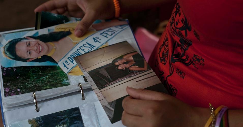31.jan.2013 - Camila Vargas,17, irmã  mais nova de Franciele e Cecília -- que morreram durante o incêndio da boate Kiss--, em Santa Maria (RS), observa álbum com imagens das irmãs