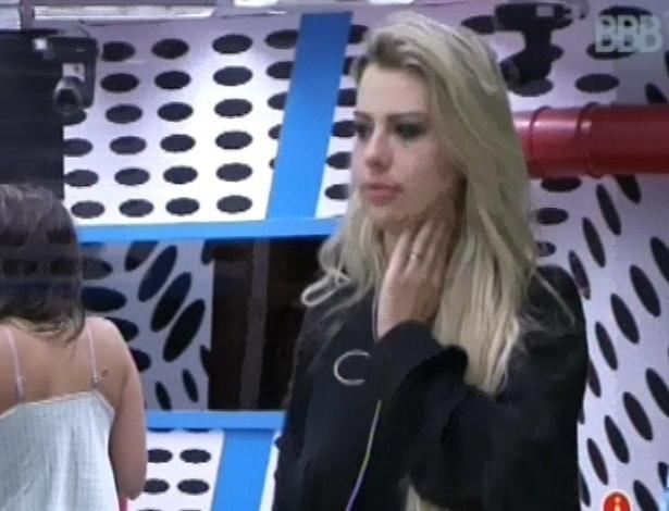 31.jan.2013 - Fernanda acorda, ainda maquiada, após festa Hipnose, que teve show do RPM