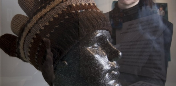 31.jan.2013 - Gorro de Balotelli em exposição em Manchester