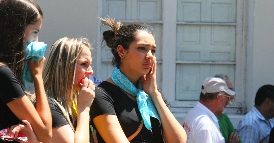 31.jan.2013 - Jovens observam a boate Kiss, em Santa  Maria (RS), onde ocorreu o incêndio que deixou mais de 230 pessoas mortas. Um grupo de moradores da cidade começou a coletar adesões a um abaixo-assinado pedindo às autoridades o cumprimento das leis de segurança em locais públicos