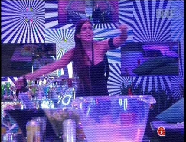 31.jan.2013 - Kamilla, a última a deixar a festa Hipnose, cantou e dançou sozinha na pista de dança