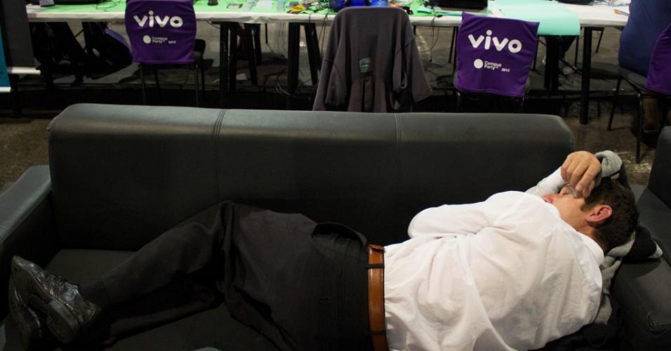 31.jan.2013 - Maratona de palestras e downloads faz participantes caírem no sono nos sofás da arena da Campus Party, evento de tecnologia em São Paulo