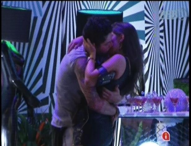31.jan.2013 - Nasser e Andressa aproveitaram o clima de romance entre os casais e resolveram se beijar durante a festa