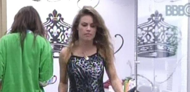 31.jan.2013 - Natália, de pijama de oncinha, volta ao quarto do líder para dormir com Kamilla e Anamara