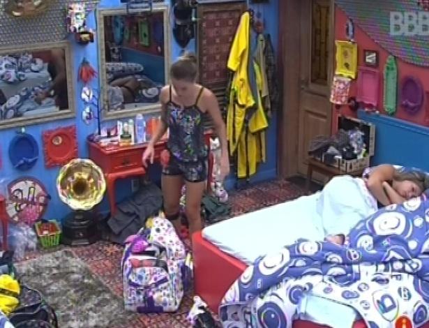 31.jan.2013 - Natália tira suas malas do quarto do líder e transfere para o quarto brechó