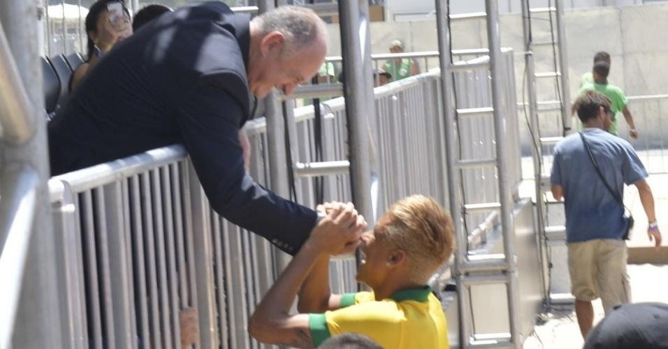 31.jan.2013 - Neymar apresenta o novo uniforme da seleção brasileira que será usado na Copa das Confederações