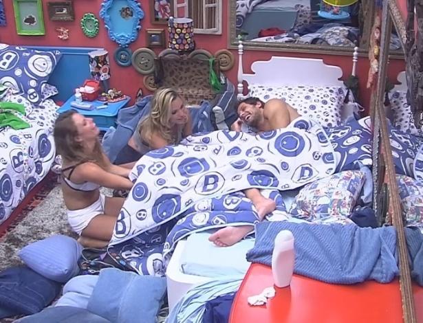 31.jan.2013 - No quarto brechó, Marien e Natália tentaram tirar a cueca de Eliéser e começaram, sem saber, a maior briga do