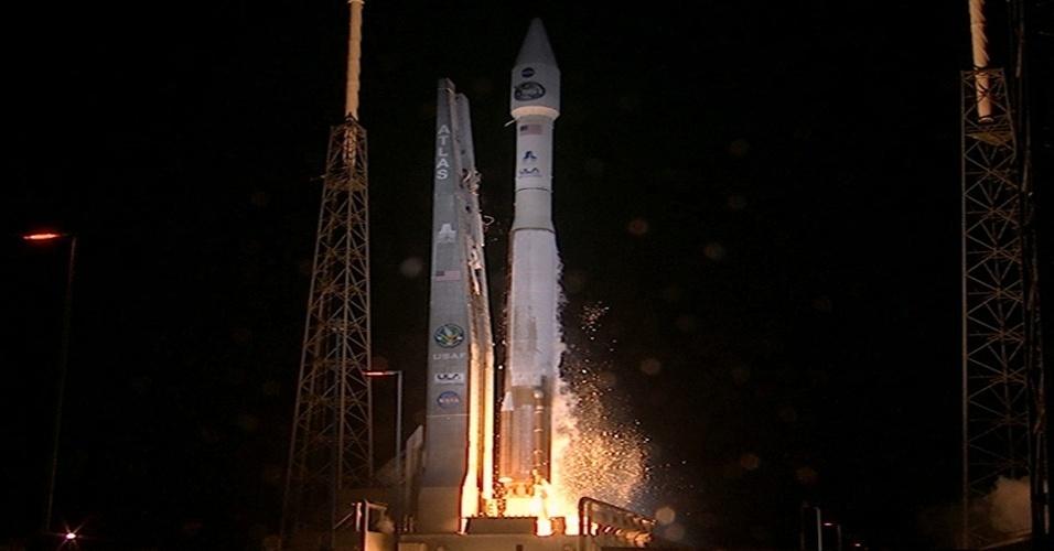 """31.jan.2013 - O foguete Atlas V, da Nasa (Agência Espacial Norte-Americana), decolou, com sucesso, às 20h48 desta quarta-feira (30) -  às 23h48, no fuso de Brasília - da base aérea no Cabo Canaveral, na Flórida, nos Estados Unidos. O foguete carregava o satélite de rastreamento TDRS-K, que vai operar a cerca de 36 mil quilômetros de altitude para """"apoiar a exploração do espaço"""". Outros dois satélites dessa nova geração serão lançados pela Nasa a partir de 2014"""