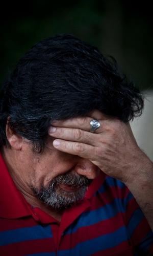 31.jan.2013 - O jardineiro Valdemir Vargas, 51, pai de Franciele e Cecília, se emociona ao falar das filhas, que morreram durante o incêndio na boate Kiss, em Santa Maria (RS)