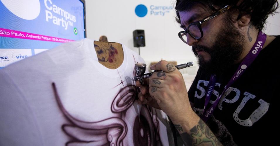 31.jan.2013 - Oficina de aerografia é realizada na Campus Party, evento de tecnologia em São Paulo