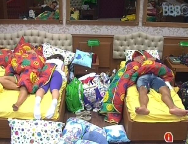 """31.jan.2013 - Os participantes do """"BBB13"""" dorme no início desta tarde, cansados após festa Hipnose, que aconteceu de madrugada"""