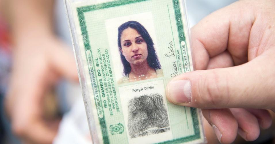 31.jan.2013 -  Parente de Raquel Daiane Fischer mostra a carteira de identidade da jovem, uma das vítimas do incêndio  na boate Kiss, em Santa Maria (RS)