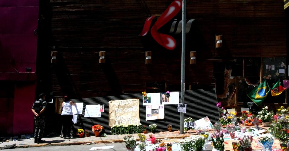 31.jan.2013 - Parentes e amigos das vítimas do incêndio na boate Kiss, em Santa  Maria (RS), deixam flores e cartas  no local da tragédia, que foi transformado numa espécie de memorial. Mais de 230 pessoas morreram no incêndio. Um grupo de moradores da cidade começou a coletar adesões a um abaixo-assinado pedindo às autoridades o cumprimento das leis de segurança em locais públicos