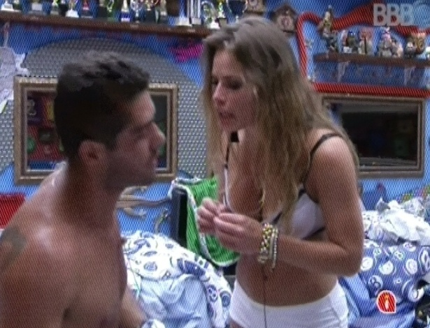 31.jan.2013 - Yuri briga feio com Natália por brincadeira com cueca de Eliéser