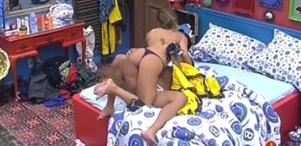 31.jan.2013 - Yuri e Natália ficam abraçados após reconciliação