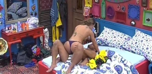 31.jan.2013 - Yuri e Natália ficam enroscados na cama após reconciliação