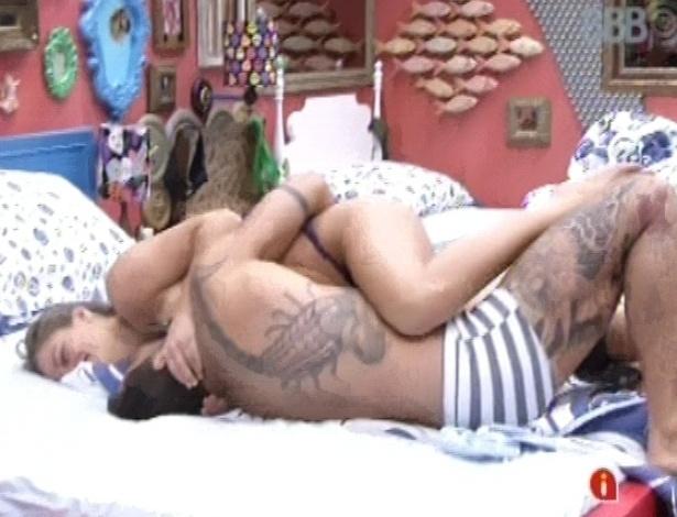 31.jan.2013 - Yuri e Natália rolam na cama, abraçados