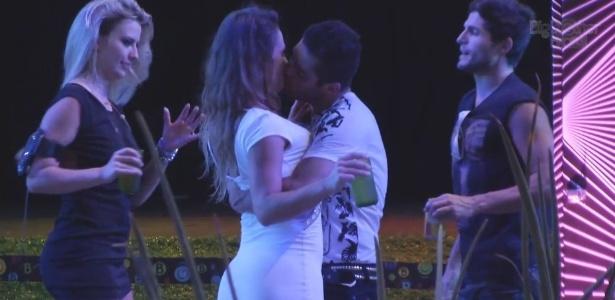 31.jan.2013 - Yuri e Natália se beijam durante a festa Hipnose, que teve show da banda RPM