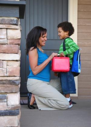 Envolver a criança nos preparativos para a escola é uma forma de tranquilizá-la sobre a nova fase - Thinkstock