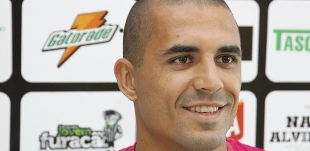 Douglas Silva fez cirurgia no joelho e não joga mais pelo Figueirense na temporada -