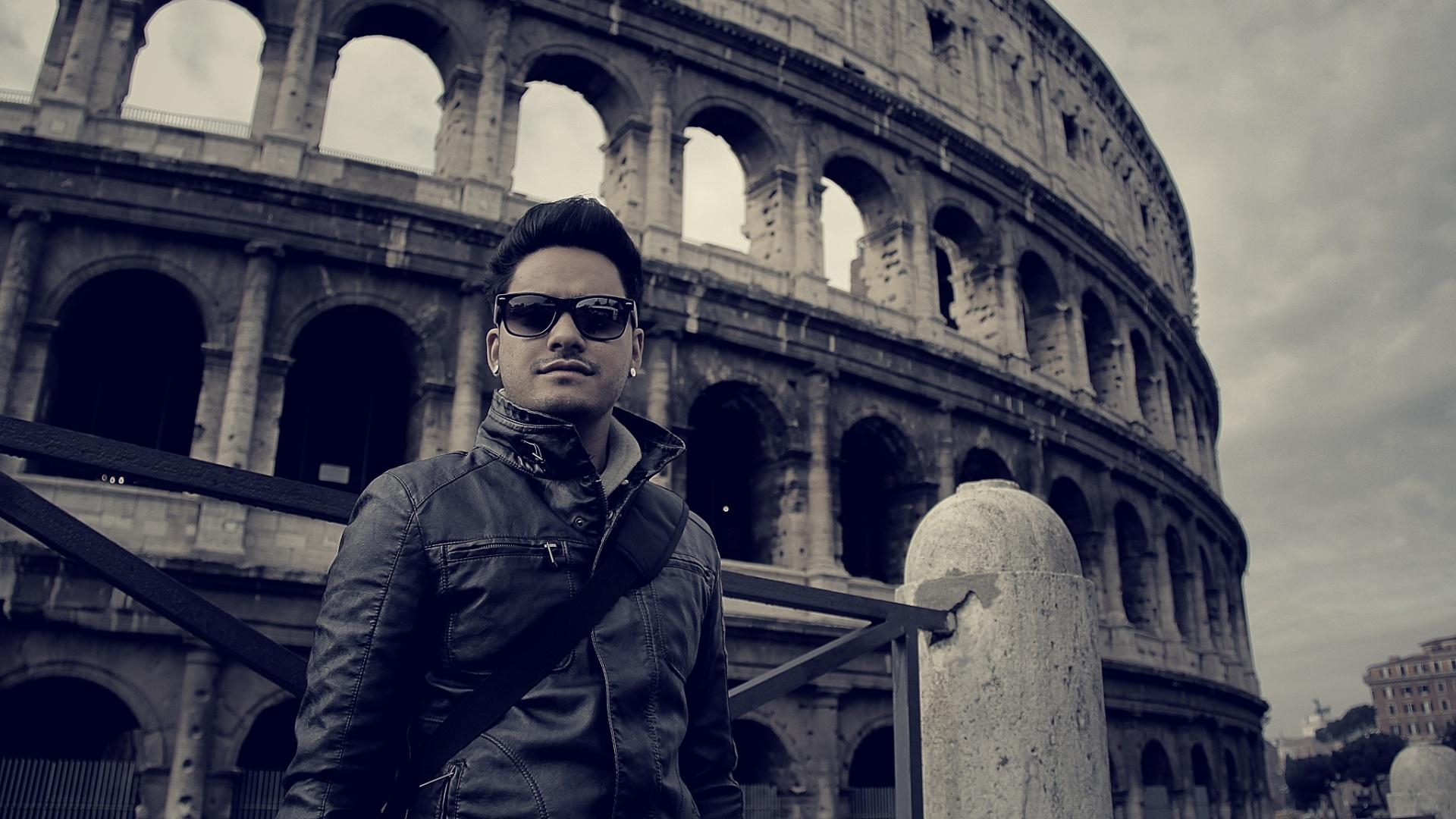 jan.2013 O baixista Koba do Restart posa em frente ao Coliseu em Roma durante férias dos músicos na Europa