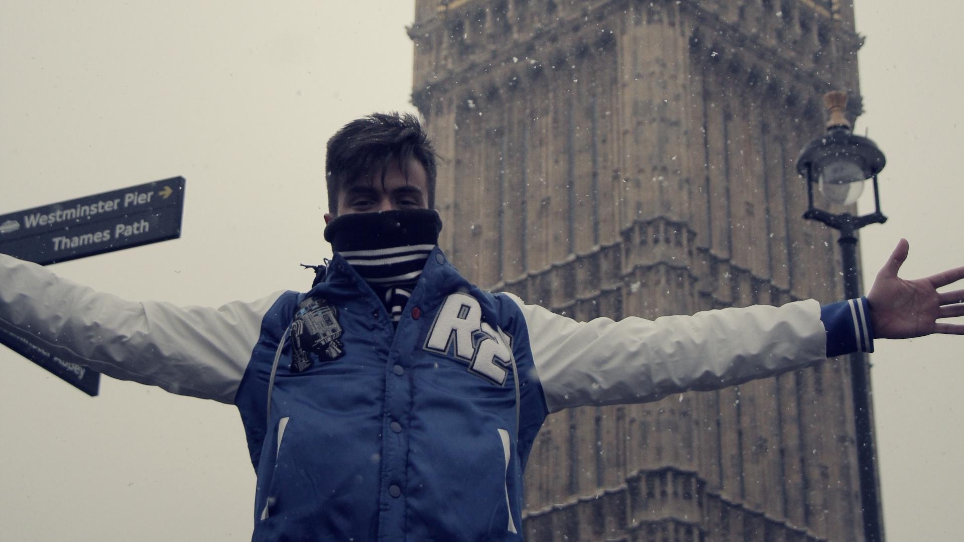 jan.2013 Pe Lu , do Restart, posa para foto em frente ao relógio Big Ben em Londres durante férias de 12 dias pela Europa