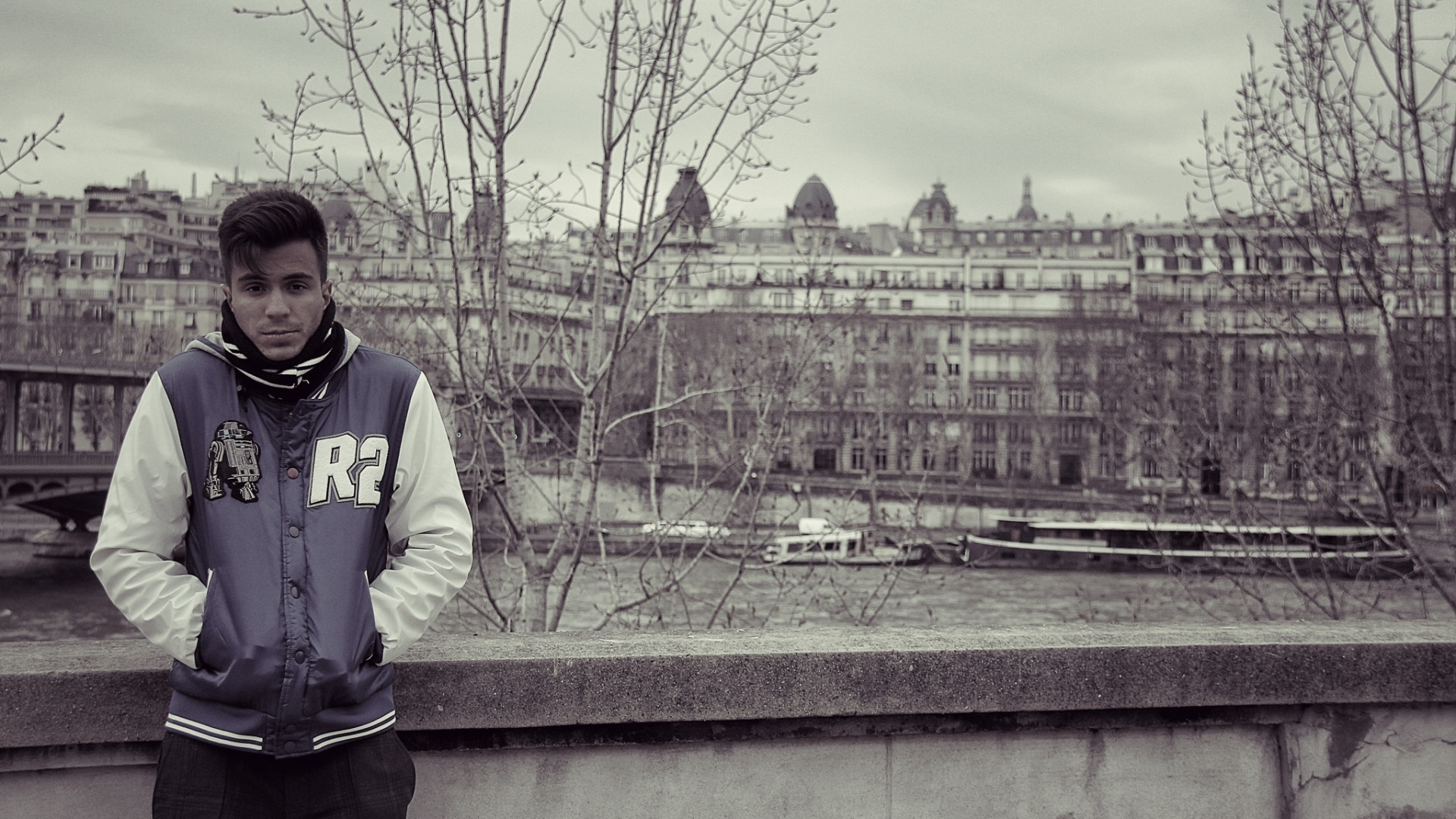 jan.2013 Pe Lu do Restart posa em frente ao rio Sena em Paris em foto da viagem pela Europa feita em companhia de Koba