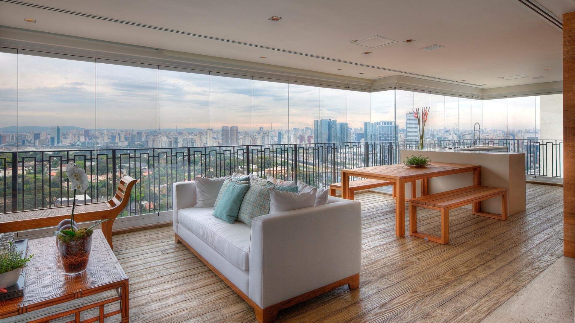 Na extensa varanda gourmet do apartamento em São Paulo (SP), as arquitetas Giselle Macedo e Patrícia Covolo distribuíram os móveis, priorizando a circulação dos moradores e amigos. Na bancada em