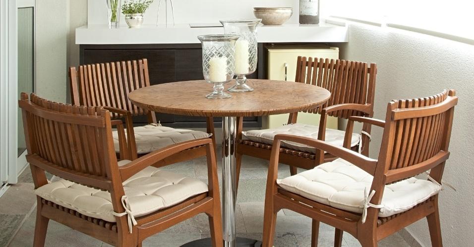No projeto da varanda gourmet, no lugar da churrasqueira, a arquiteta Patricia Pasquini optou por uma bancada com cooktop. À frente, uma mesa redonda, com quatro cadeiras