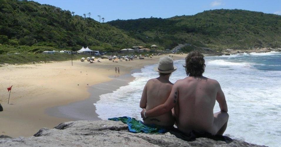 Pinho (SC) - Localizada no Balneário Camboriú (SC), a praia é considerada a primeira de naturismo no Brasil. Tem 500 metros de extensão e ondas fortes. O acesso é feito por uma portaria a partir da rodovia Interpraias