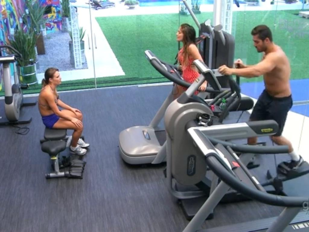 01.fev.2013 - Anamara e Yuri criticam Kamilla para Natália na academia