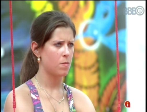 01.fev.2013 - Andressa troca olhares com seu parceiro no confinamento e concorrente na prova do líder