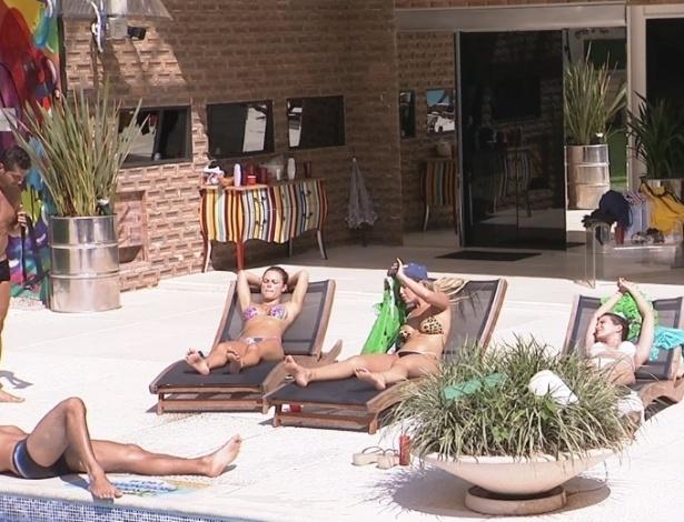01.fev.2013 - Brothers curtem a piscina depois de vários dias sem sol